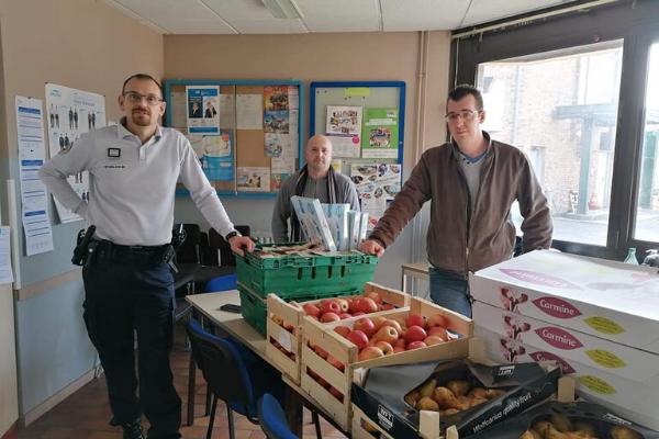 Distribution alimentaire aux forces de l'ordre